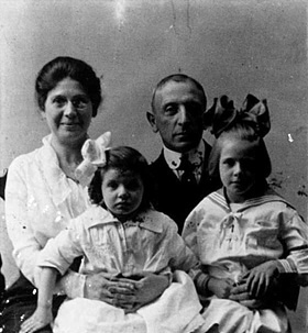 Hermann Netheim with his family in 1920