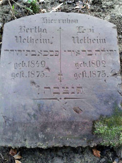 The tombstone of Levi Netheim (1802/04-1875) and his daughter Bertha (1849/50-1875) in Ottbergen (Photo: Lödige)