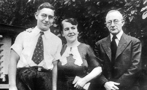 Jacob (Otto) Pins with his parents in 1936 before his departure to Palestine