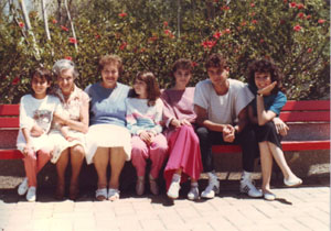 Lotte Hahn and Ruth Zadek (2. and 3. from the left), Julius and Anna Netheim's daughters, with Ruth's descendants around 1986 in Israel